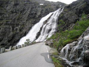 Motorreizen met Stelvio Trollstigen uitzicht op waterval in Noorwegen